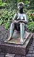 """""""Sitzendes Mädchen"""" von Carl Egler (um 1955) im Stadtgarten Karlsruhe 2.jpg"""