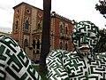 159 Escultura Labirintite, al fons la Villa Genoese Zerbi.jpg