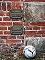 1818 März 1918 Januar historische Hochwassermarke an der Rückseite der Herrenmühle, Torplatz 1b in Celle, hier mit PUMA Fußball.jpg