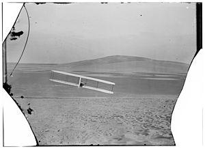 1902 Wright glider in right turn.jpg
