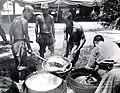 1950.7.14 국군 취사병-가마솥 (7445951682).jpg