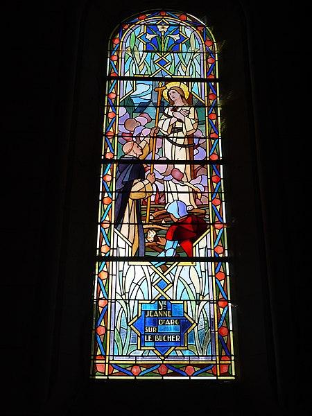 Vitrail représentant sainte Jeanne d'Arc au bûcher.