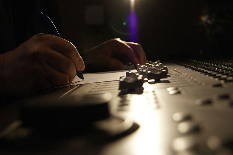 File:A.M.Pérez&mesa de sonido.jpg
