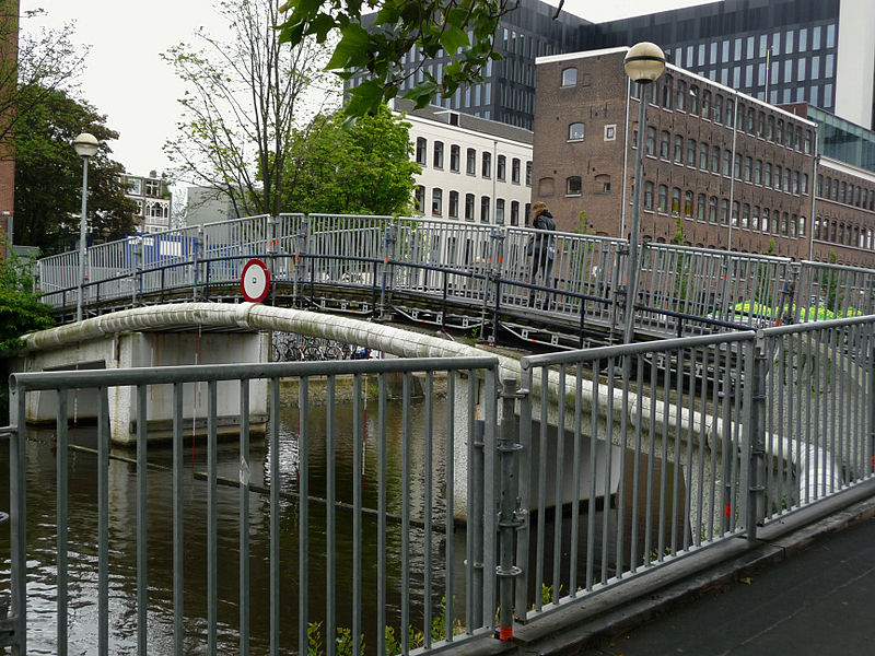 File:A view on the foot-bridge over the canal Nieuwe Achtergracht on Roeterseiland, Amsterdam; high resolution image by FotoDutch in June 2013.jpg