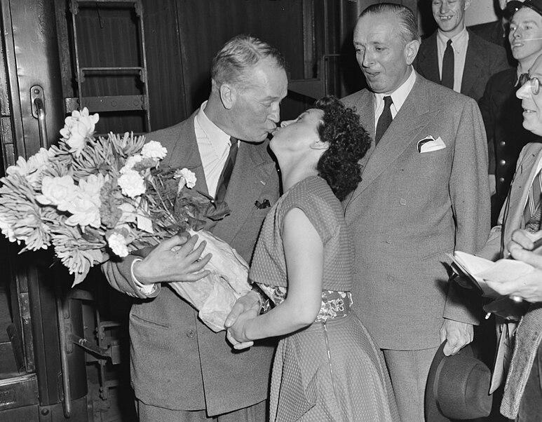 File:Aankomst Maurice Chevalier te Den Haag, Bestanddeelnr 905-2466.jpg