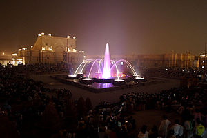 Akshardham (Delhi) - The musical fountain and the statue of Neelkanth Varni in its background
