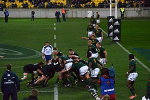 Richie McCaw carrying the ball behind a maul (...
