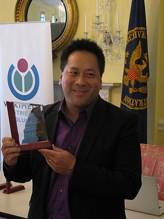 Andrew Lih - Lih winning award at the National Archives and Records Administration