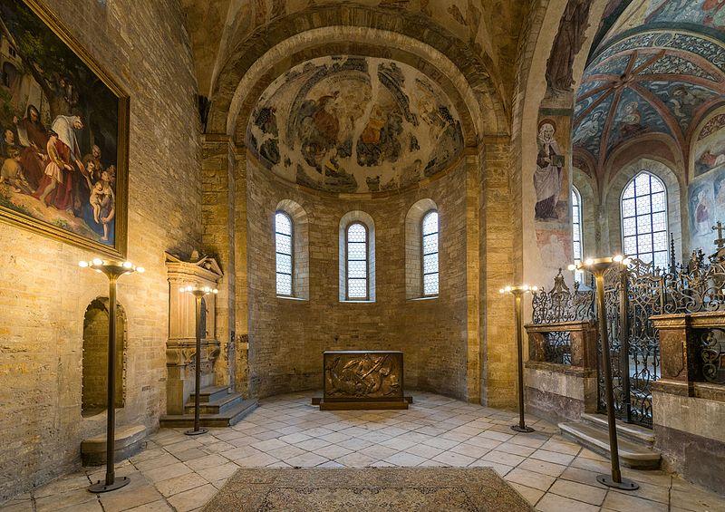 800px-Apse%2C_St._George%27s_Basilica%2C_Prague_20160809_1.jpg