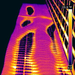 Thermal bridge - This thermal image shows a thermal bridging of a high-rise building (Aqua in Chicago)