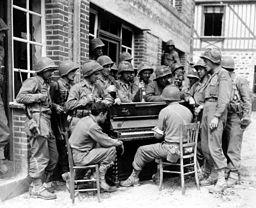 Gruppe amerikanischer Soldaten vor einem Klavier