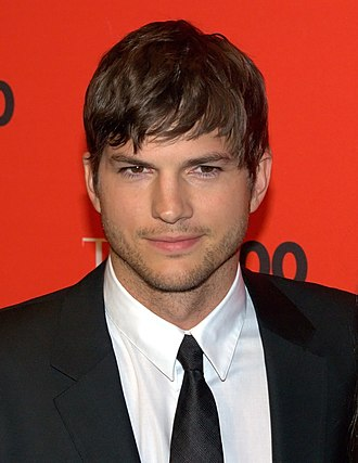 The 39-year old son of father Larry M. Kutcher and mother Diane Portwood, 189 cm tall Ashton Kutcher in 2017 photo