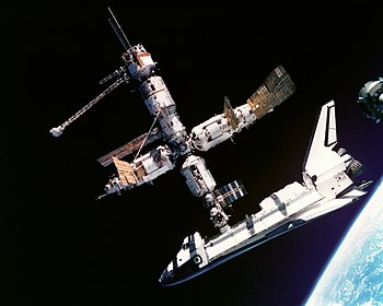 Atlantis docked to MIR - GPN-2000-001315.jpg
