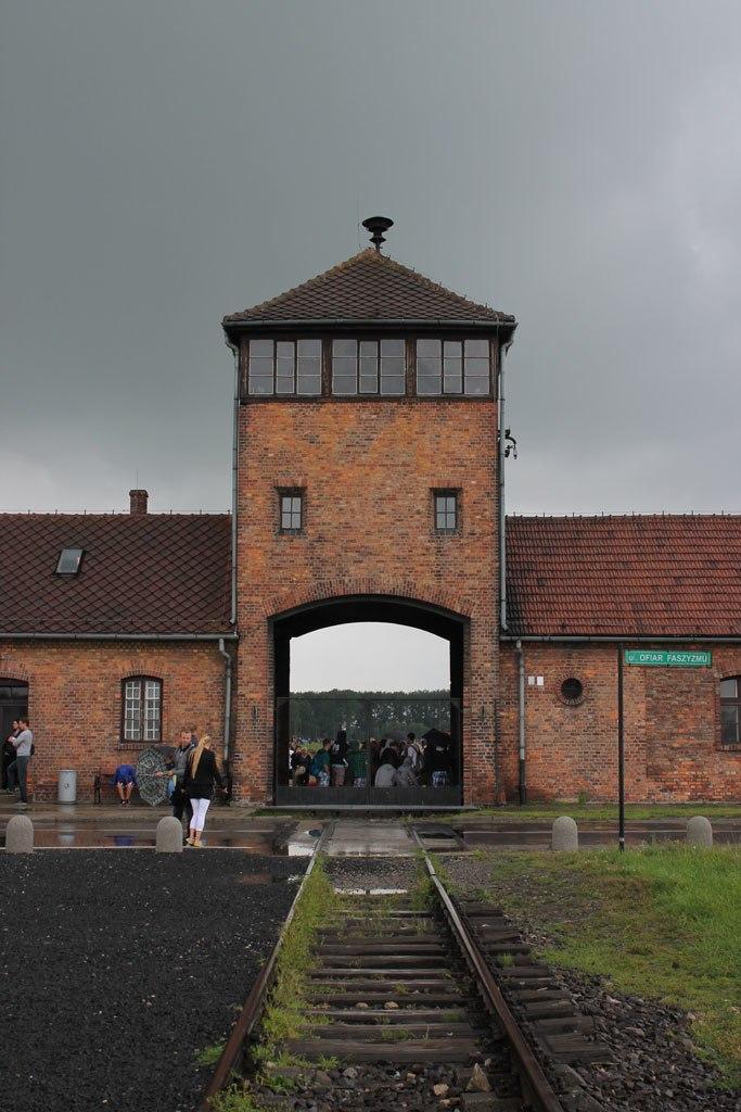 שער הכניסה למחנה אושוויץ II, בירקנאו