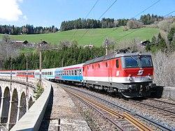 Internationaler Schnellzug auf der Semmeringbahn