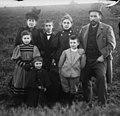 Autorretrato familiar de Cajal con su esposa, Silveria, y sus hijos, hacia 1895.jpg