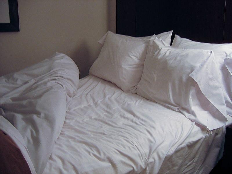 File:Bed in Seattle hotel.jpg