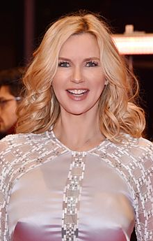 Berlinale Eröffnung Red Carpet Veronica in weiß.jpg