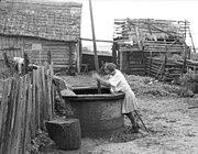 Bundesarchiv Bild 101I-138-1063-15, Russland, Mädchen an Brunnen.jpg