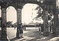 Cờ long tinh tại lễ Tứ tuần Đại khánh của Hoàng đế Khải Định (1924) , lối cổng vào.jpg