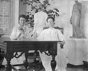Melchior Treub - Melchior Treub with Netty and Louise Treub, Buitenzorg, June 15, 1904