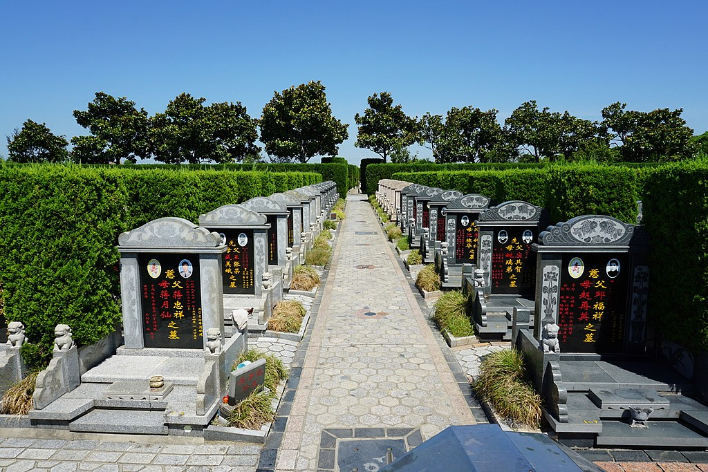 Cemeteries and their symbolism 1024px-Cemetery_in_China