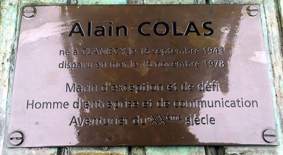 Plaque sur la sculpture d'Alain Colas à Clamecy.