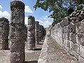 Columnas y pirámides en Chichén Itzá 01.JPG