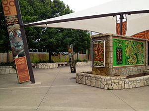 Dallas Zoo - Image: Dallas Zoo Entry Plaza 2