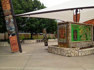 Dallas Zoo - Image: Dallas Zoo Entry Plaza 2