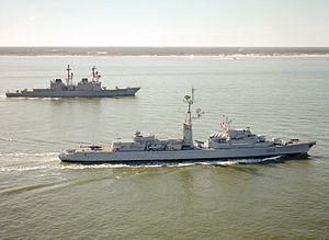 De Grasse (D612) underway with USS Comte de Grasse (DD-974) 1981.JPEG