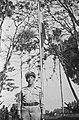 De de te decoreren KNIL adjudant staat voor een vlaggemast, Bestanddeelnr 1655-1-3.jpg