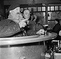 De twee mannen drinkend aan de bar, Bestanddeelnr 252-9497.jpg