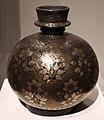Deccan, base per pipa d'acqua huqqa, lega con agemina d'argeno e ottone, xvii secolo.jpg