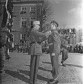 Decoratie Hollandse soldaten met Franse onderscheiding, Bestanddeelnr 901-6343.jpg