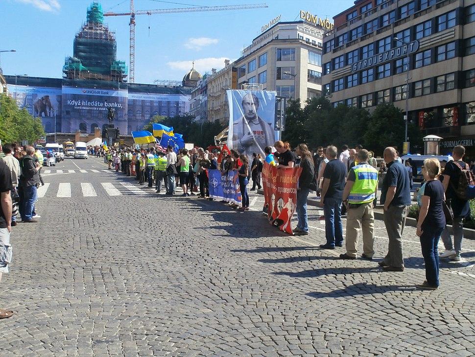 Demonstrace proti průjezdu motorkářského klubu Noční vlci