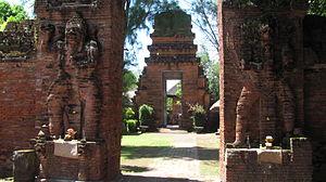 Pura Maospahit - A candi bentar split gate marking the entrance to the middle sanctum, the jaba tengah.
