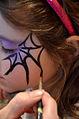 Die!!! Weihnachtsfeier 2013, 170 Beim Kinderschminken entstanden phantasievolle Kreationen, hier etwa ein Spinnennetz.jpg