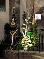 Drapeau de la Saint-Fiacre devant la statue du Saint.jpg