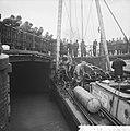 Duiker onderzoekt fundering brug Prinsengracht, grote publieke belangstelling, Bestanddeelnr 911-8905.jpg