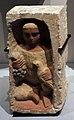 Egitto romano, figura funeraria di bambino con grappolo d'uva e uccello, 250-300 dc ca.jpg