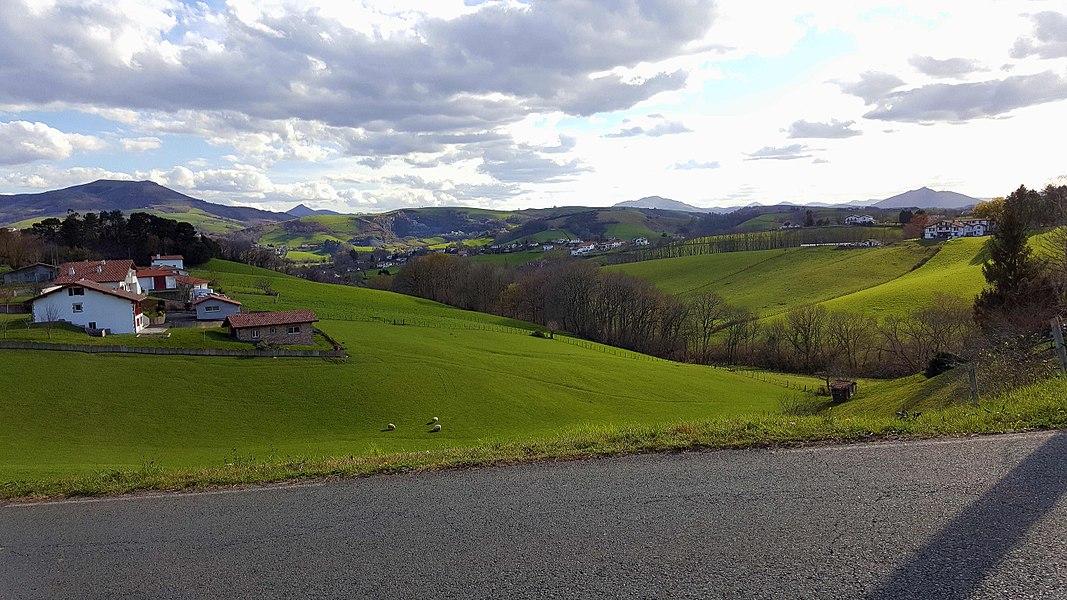 En amont de Souraïde, dans un paysage fait de vallons verdoyants typiquement basques.