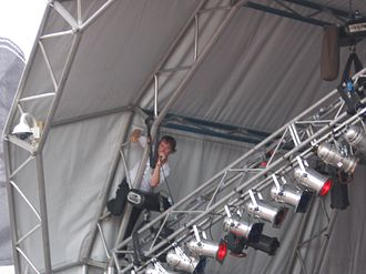 """Addicted Romantic - Hudson performing """"Hurricane"""" from the scaffolding of the stage at the 2007 Big Day Out in Sydney"""