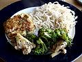 Flickr - cyclonebill - Thaifiskefrikadelle med nudler og salat af blomkål, broccoli, sesam og soya.jpg