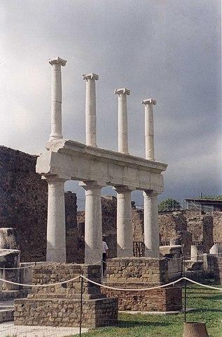 https://upload.wikimedia.org/wikipedia/commons/thumb/8/8c/Foro_Pompeya.jpg/317px-Foro_Pompeya.jpg