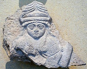 Nintinugga - Bust of a goddess, perhaps Bau, wearing horned cap. Limestone, Neo-Sumerian period (2150-2100 BC). From Telloh, ancient Girsu, Louvre