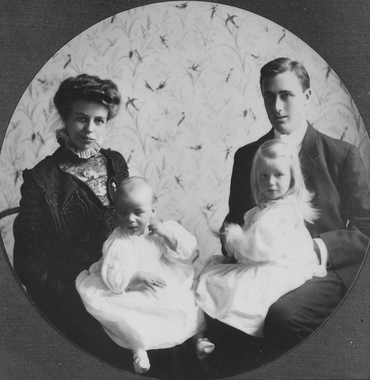 Franklin D. Roosevelt and Eleanor Roosevelt with Anna and baby James, formal portrait in Hyde Park, New York 1908.jpg