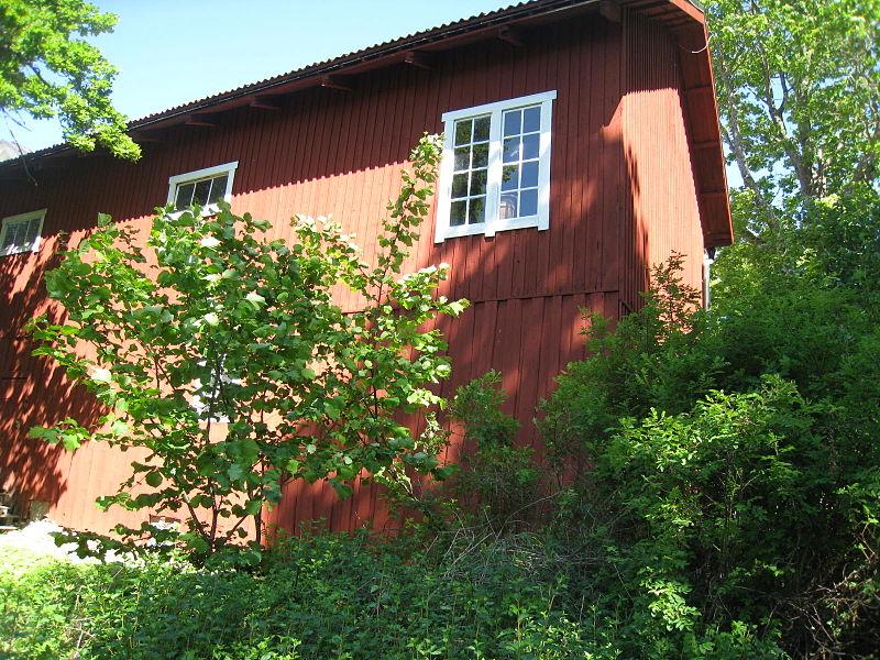Görvälns gård, finvagnslider, gårdsmuseum, 2015d2, från söder.jpg