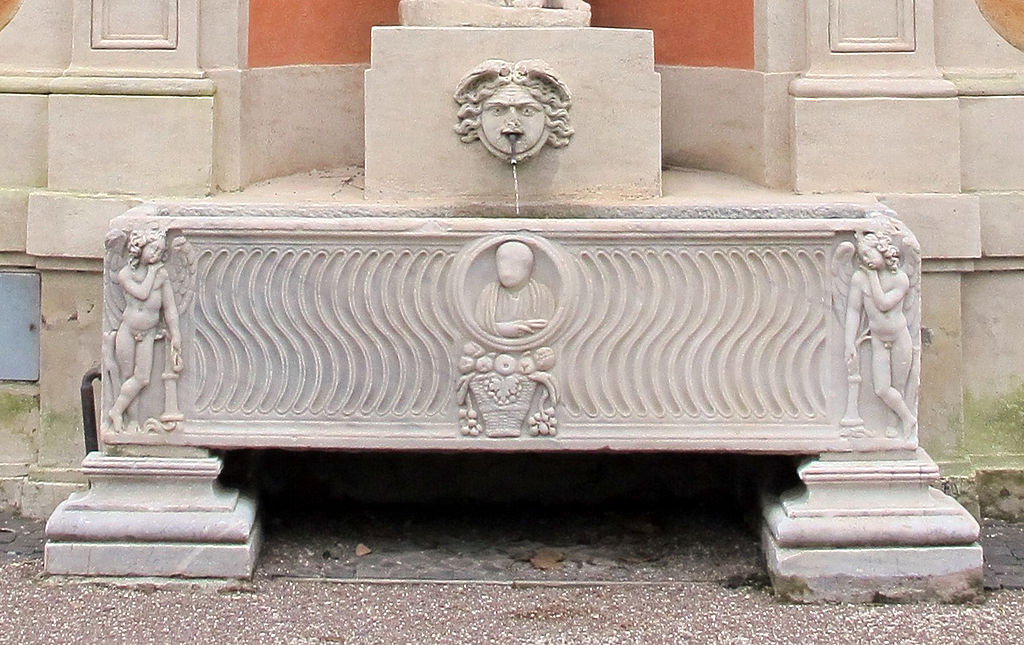Giardini di villa medici, muro di fondo, fontana, sarcofago.jpg