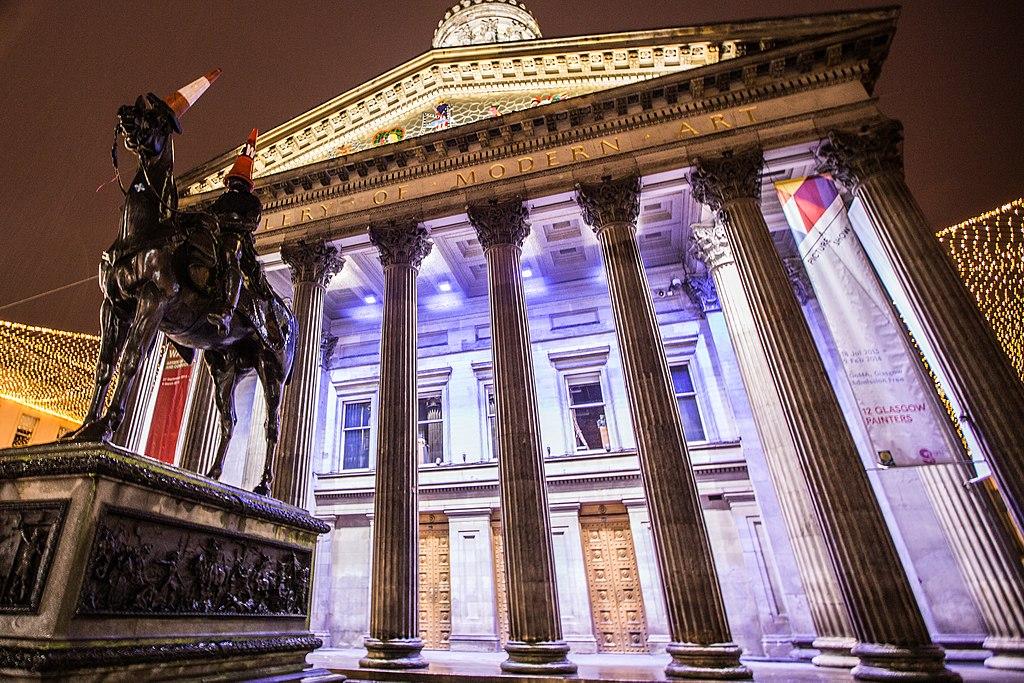 Musée d'art moderne de Glasgow et le duc de Wellington coiffé de cones de circulation.